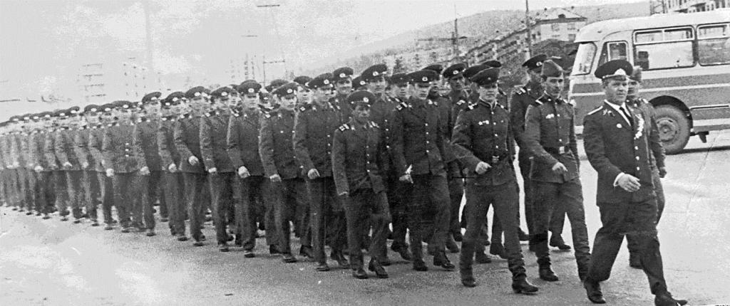 Личный состав седьмой роты вч 20169 направляется в кинотеатр Нейва. Июль 1970 год