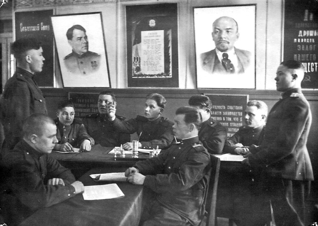 Военные строители на собрании