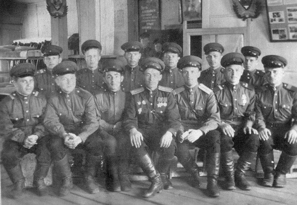 Военные строители с командирами, 1947 г.