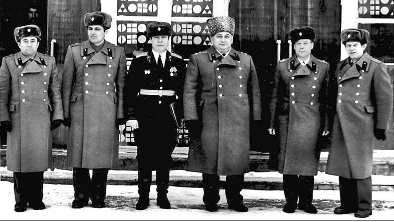 Слева направо капитан Гилун Н.Т., майор Лознян Н.В., капитан Бузмаков Н.М., полковник Гордиевич А.И., подполковник Крысенко Г.С.