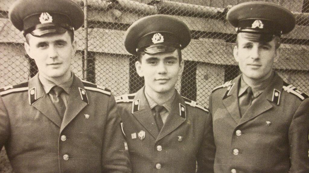 Курсанты 2 курса ВВСТУ (годы обучения 1975 - 1978) Владимир Долгих - слева. Игорь Корнеев - в центре Николай Подвойский - справа.