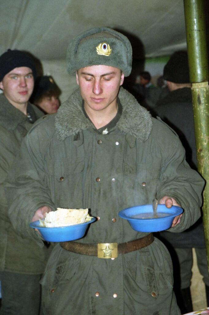 Обед в милицейской части. Март 2003 г.