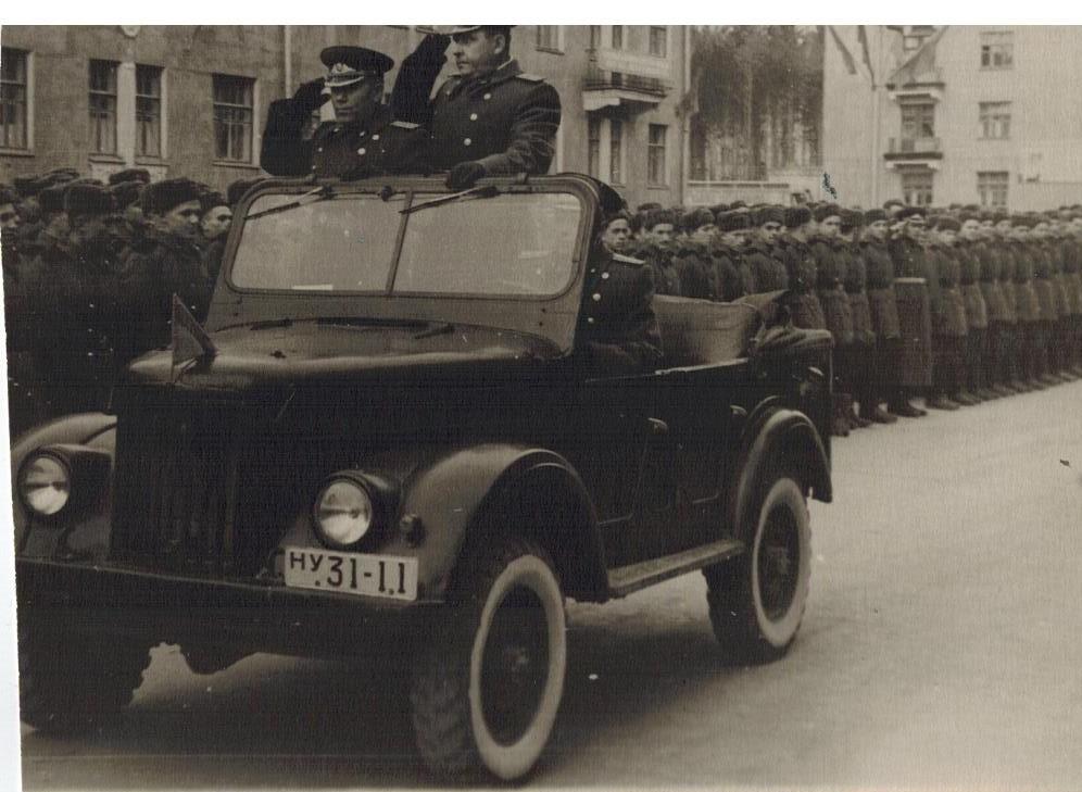 Ф. А. Сабиров принимает парад военных строителей 1 мая 1960 года в Снежинске