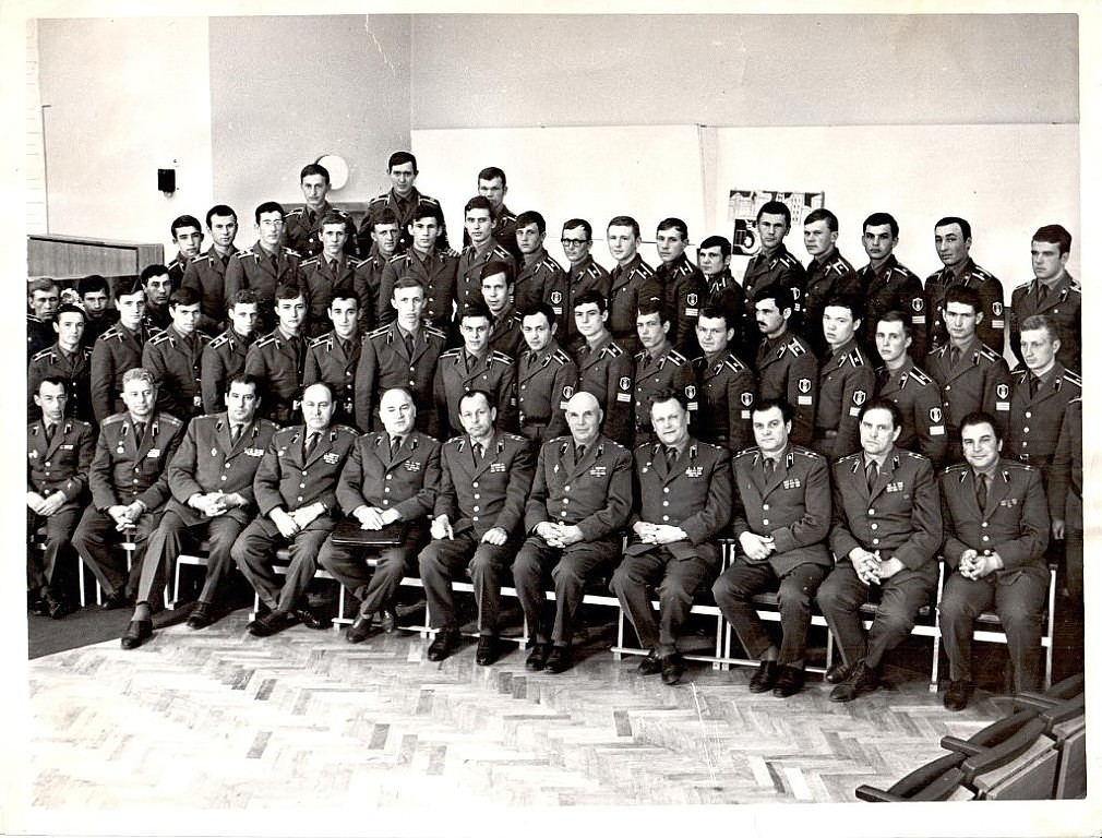 1975 год. После подведения итогов войсковой стажировки. Мы с А.Бондаренко стоим в первом ряду за полковником Осокиным В.М.