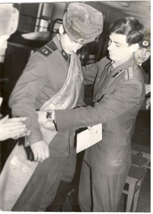 1976 год. Вручение ленты Победителя соцсоревнования в роте