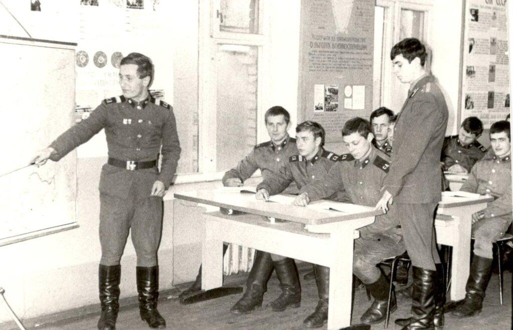 Декабрь 1976 г. Провожу занятие с первым взводом 3 роты