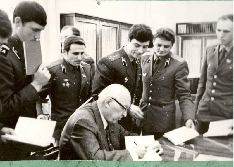 Е.П. Славский, ставит автографы участникам приёма и адресует свои пожелание в военной службе.