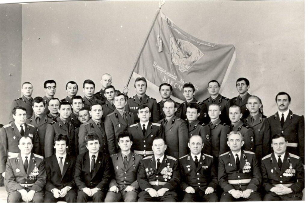 Снимок на память после вручения Знамени ЦК ВЛКСМ комсомольской организации в/ч 49710 (Новосибирск)