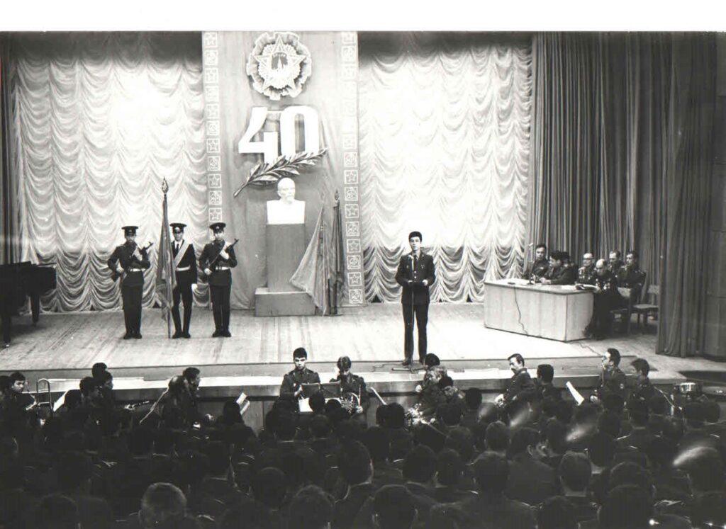 Дубна. ВВВСКУ. Выступаю перед участниками собрания, посвящённого 40-летию Победы советского народа в Великой Отечественной войне
