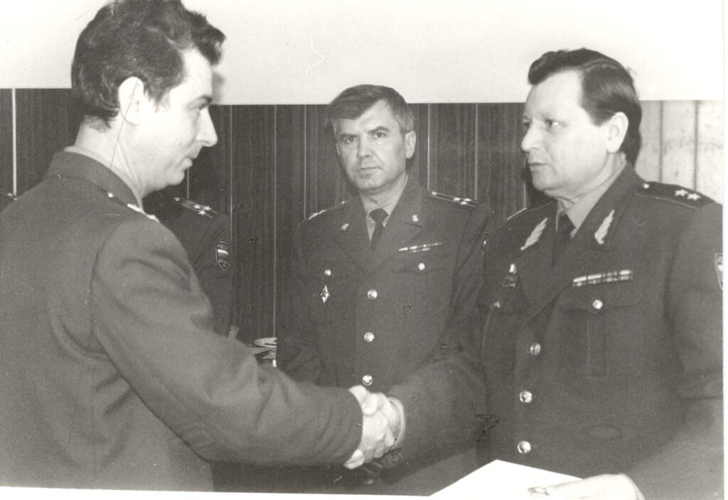 1994 год. Генерал-лейтенант Карпюк П.Ф., командир в/ч 25525 благодарит за службу.
