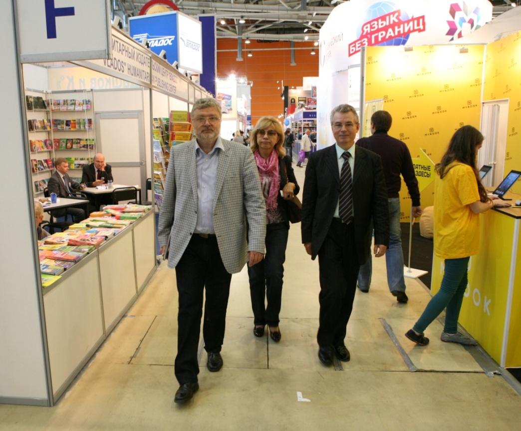 2013 г. С главным редактором Литературной газеты Ю.М.Поляковым на книжной выставке
