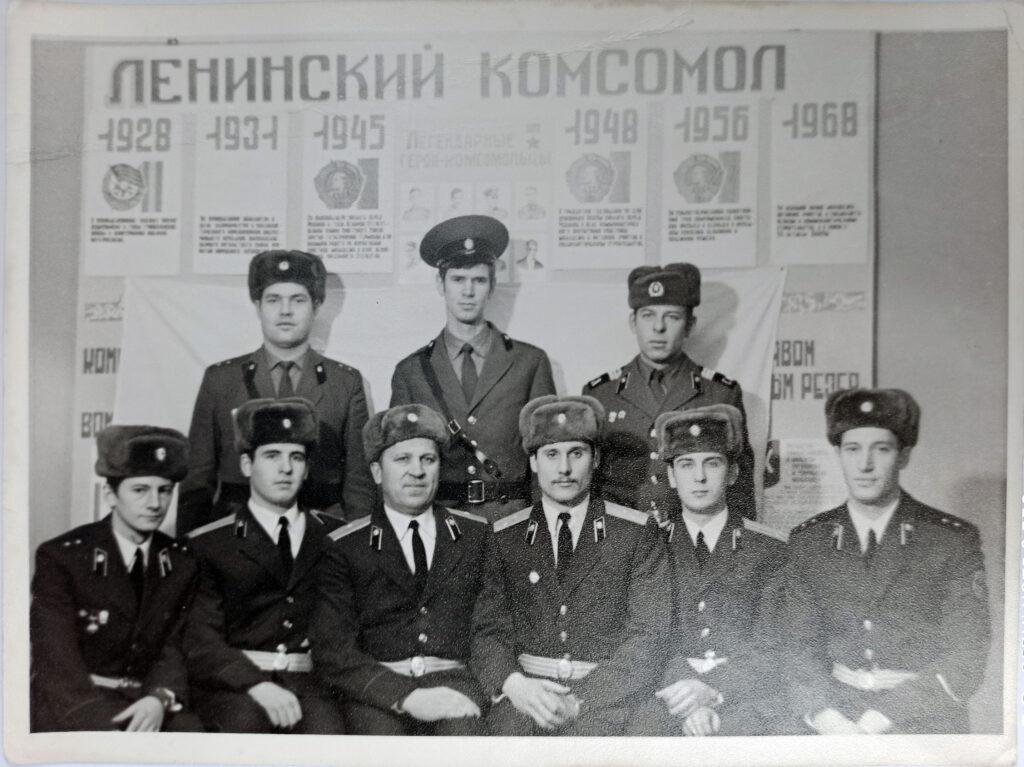 На снимке слева направо Евгений Дмитриевич Живоченков сидит третьим.